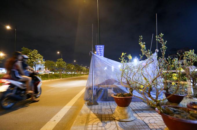 Dựng lều, mắc màn canh hoa Tết trên vỉa hè Sài Gòn