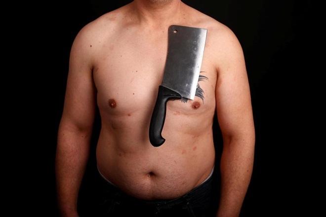 Dị nhân Bosnia khoe năng lực hút chặt điện thoại, dao rựa