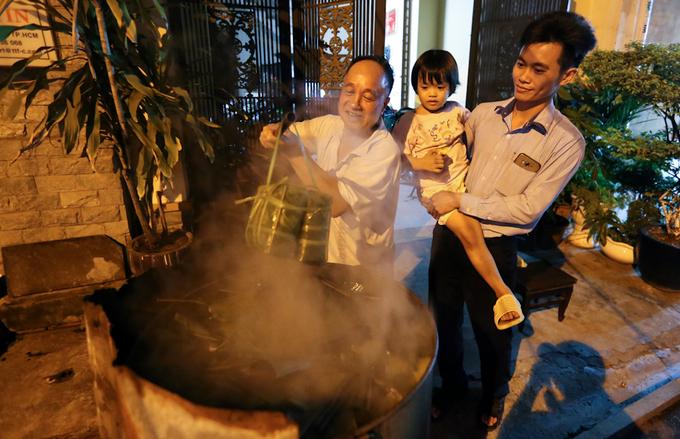 Người Sài Gòn nấu bánh chưng khắp các con hẻm