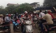 Tàu hỏa phải dừng vì xe máy chiếm đường ray ở Hà Nội