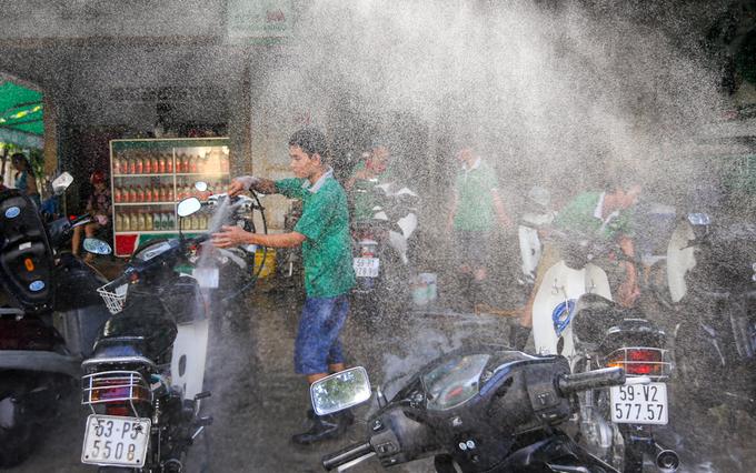 Người Sài Gòn nườm nượp mang xe đi rửa ngày cuối năm