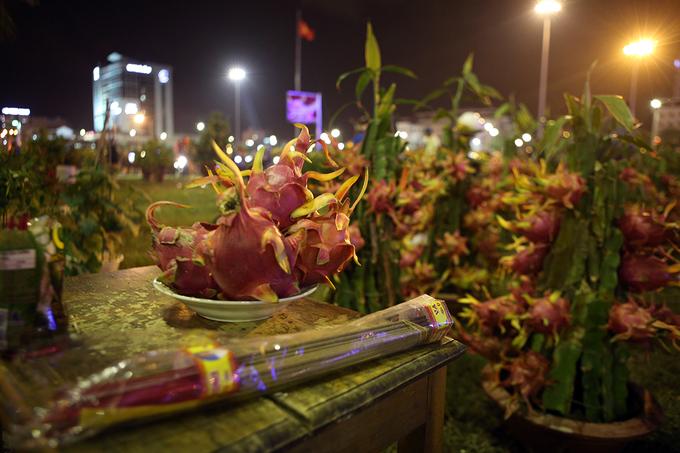 Tiểu thương Đà Nẵng bán tháo hoa Tết trước giao thừa