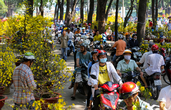 Người Sài Gòn đổ xô mua hoa giảm giá ngày 30 Tết