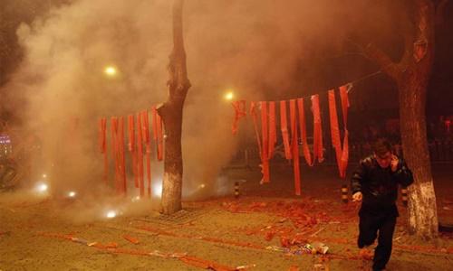 Đốt pháo ở Trung Quốc dịp Tết. Ảnh: Shanghaiist