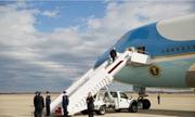 Trump không vẫy tay khi lần đầu lên chuyên cơ Air Force One