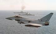 Tiêm kích, tàu chiến Anh áp sát tàu sân bay Nga