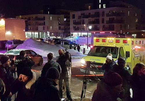 Xe cứu thương phía ngoài Trung tâm Văn hóa Hồi giáo Quebec City, Canada. Ảnh: Rêuters.