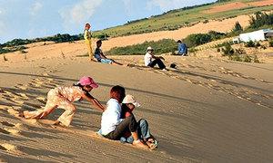 Du khách Sài Gòn 'bay' trên đồi cát ở Mũi Né
