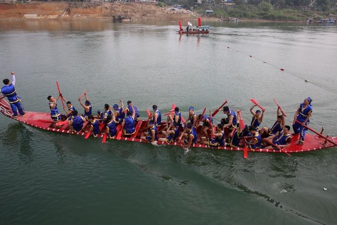 Gần 400 người đua thuyền trên sông Lô