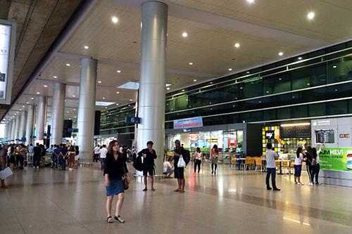 Ga quốc nội sân bay Tân Sơn Nhất lượng hành khách cũng như ngày thường, không bị quá tải.