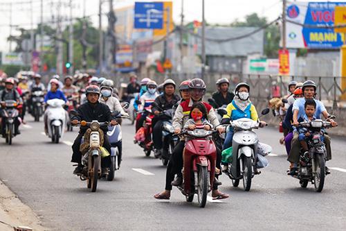 6. Trên quốc lộ 1A đoạn qua huyện Bình Chánh xe cộ thông thoáng.