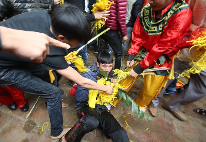 Nghìn người tranh cướp hoa tre, trầu cau tại hội Gióng