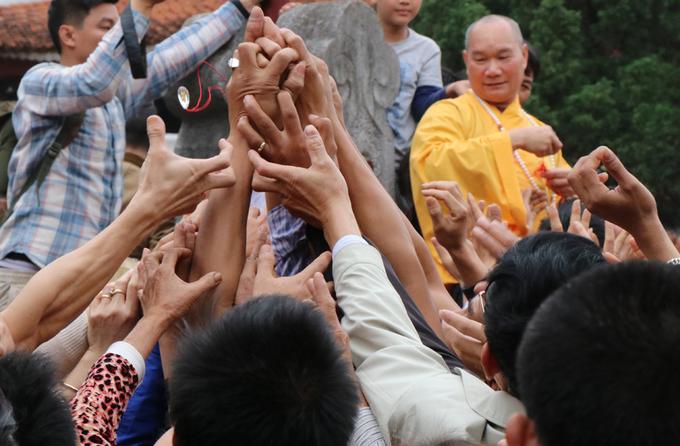 Du khách tranh lộc tại hội chùa Hương