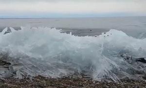 Sóng đóng băng xô nhau vỡ vụn trên bờ hồ Nga