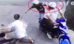 Thanh niên bất lực đuổi theo 2 tên trộm chó ngay trước mặt