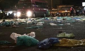 Bến xe phủ đầy túi nylon đựng dép của người dân trở lại Sài Gòn