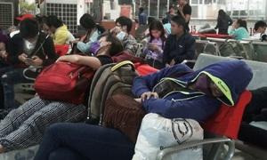 Người dân vạ vật ngủ ở bến xe khi trở lại Sài Gòn lúc nửa đêm