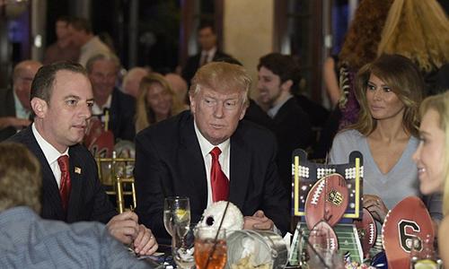 Vợ chồng ông Trump dự tiệc cùng hàng chục khách mời, trong đó có chánh văn phòng Nhà TrắngReince Priebus.