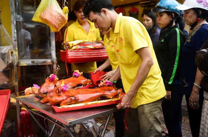 Người Sài Gòn tấp nập mua heo quay cúng Thần tài