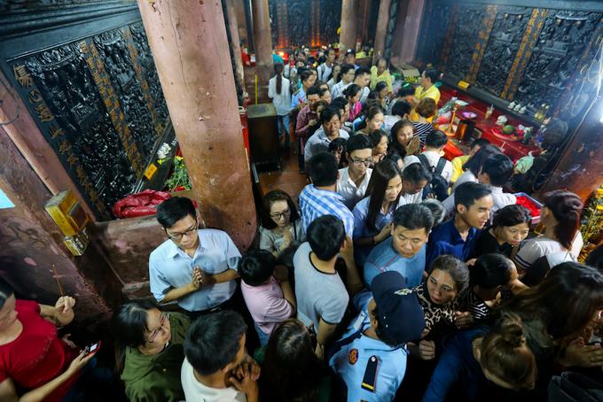 Người Sài Gòn ùn ùn đi chùa Ngọc Hoàng vía Thần tài