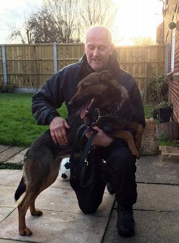 Cựu sĩ quan David Evans và chú chó Ivy. Ảnh: AP