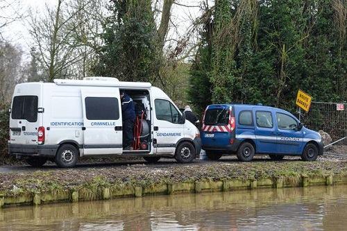 Cậu bé tử vong cạnh một con kênh ở miền Bắc nước Pháp. Ảnh: AFP