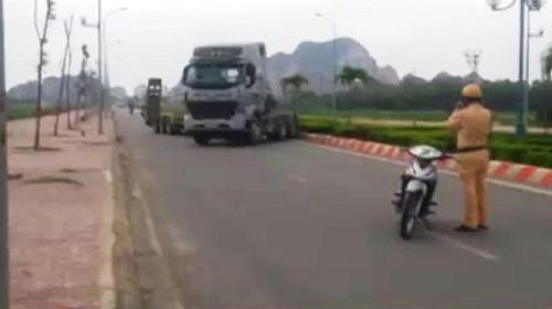 xe-dau-keo-danh-vong-tren-duong-tron-chay-canh-sat-1