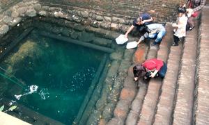 Người dân đổ xô uống nước giếng Ngọc ở Bắc Ninh mong trẻ đẹp