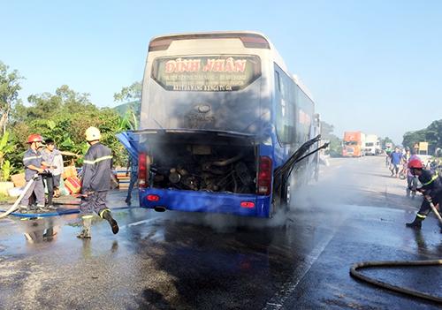 Ôtô giường nằm chở hơn 30 hành khách bốc cháy. Ảnh: Quảng Lâm