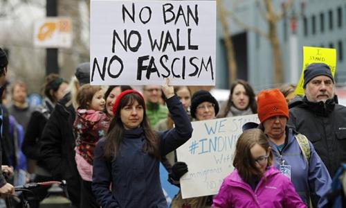 Các nhà hoạt động tuần hành phản đối lệnh cấm nhập cảnh của Tổng thống Donald Trump tại bang Oregon, Mỹ, ngày 30/1. Ảnh: Reuters.