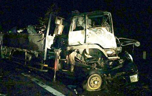 Tai nạn làm ôtô và xe đầu kéo hư hỏng, hai người tử vong. Ảnh: N.X