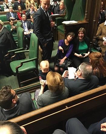 Cô bé Stella-Mae 10 tháng tuổi có mặt tại Hạ viện Anh hôm 8/2. Ảnh: Harriet Harman