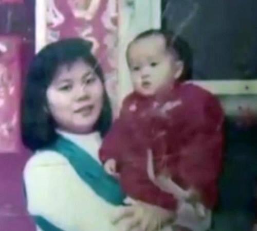 Zhang chụp ảnh cùng mẹ chỉ một thời gian ngắn trước khi bị bắt cóc. Ảnh: Asiawire