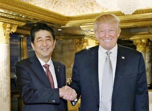 Thủ tướng Nhật Shinzo Abe và Tổng thống Mỹ Donald Trump trong cuộc gặp tại New York hồi tháng 11. Ảnh: Nikkei