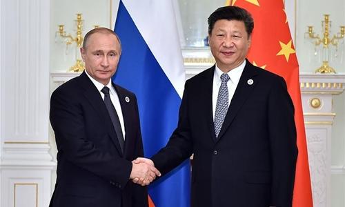 Tổng thống Nga Vladimir Putin bắt tay Chủ tịch Trung Quốc Tập Cận Bình tại Uzbekistan hồi tháng 1/2016. Ảnh: Xinhua
