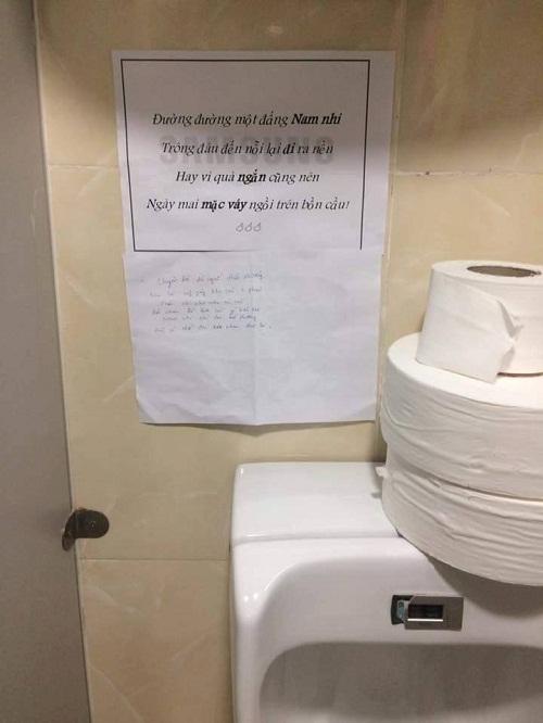 Biển nhắc nhở thâm thúy trong nhà vệ sinh nam.