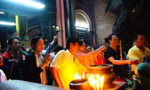 Người 'cầu an hộ' ngày rằm tháng Giêng trong chùa Ngọc Hoàng