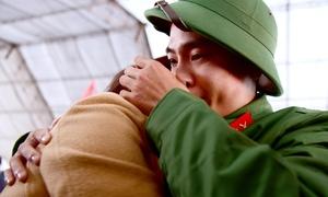 Thanh niên Hà Nội rơi nước mắt chia tay ngày nhập ngũ