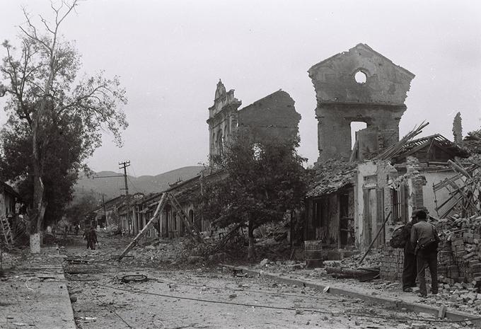 Hình ảnh thị xã Cao Bằng bị quân Trung Quốc bắn phá tan hoang do nhiếp ảnh gia Trần Mạnh Thường ghi lại.