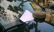Ôtô Audi tiền tỷ bị đè gạch vì đỗ xe chặn cửa