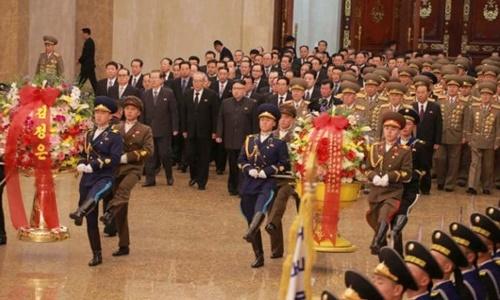 Nhà lãnh đạo Triều Tiên Kim Jong-un và các quan chức tới viếng cố chủ tịch Kim Jong-il