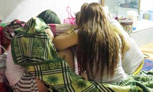 Nữ tiếp viên ngực trần massage cho khách ở TP HCM