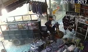 Xe ba gác tông nát cửa kính shop quần áo