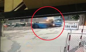 Xe tải bị tàu hỏa tông vì dừng sát đường ray