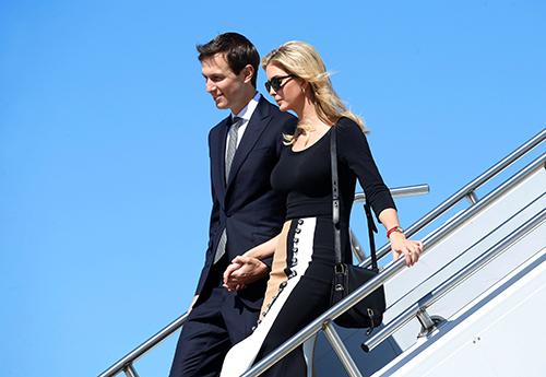 Ivanka và chồng bước xuống chuyên cơ Air Force One ở sân baybangSouthCarolina hôm qua. Ảnh: Reuters