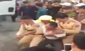Thanh niên lao vào đánh 'hôi' tài xế xe tải gây tai nạn bỏ chạy 80 km