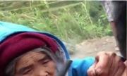 Cụ bà 99 tuổi xăm hình bằng gai bưởi cho du khách