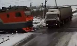 Xe tải gây tai nạn liên hoàn trên đường sắt