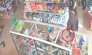 Nữ quái trộm điện thoại trong tiệm tạp hóa