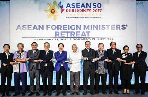Ngoại trưởng các nước ASEAN tại Hội nghị hẹp Bộ trưởng Ngoại giao ASEAN tổ chức ở Boracay, Philippines, ngày 21/2. Ảnh: Reuters.